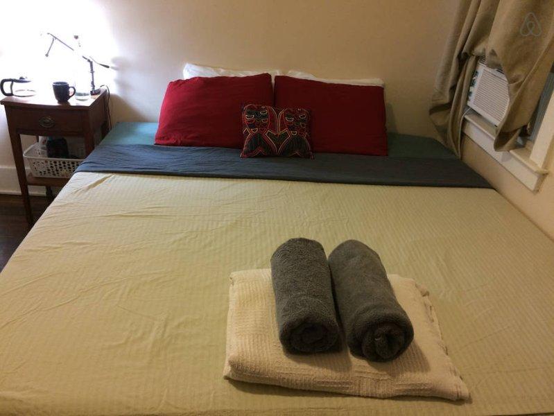 dormitorio con cama de lujo cuenta con camas con colchones viscoelásticos, ropa de cama y toallas