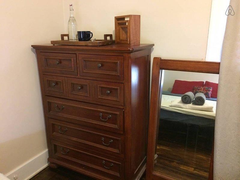 Pequeño armario y una cómoda de madera