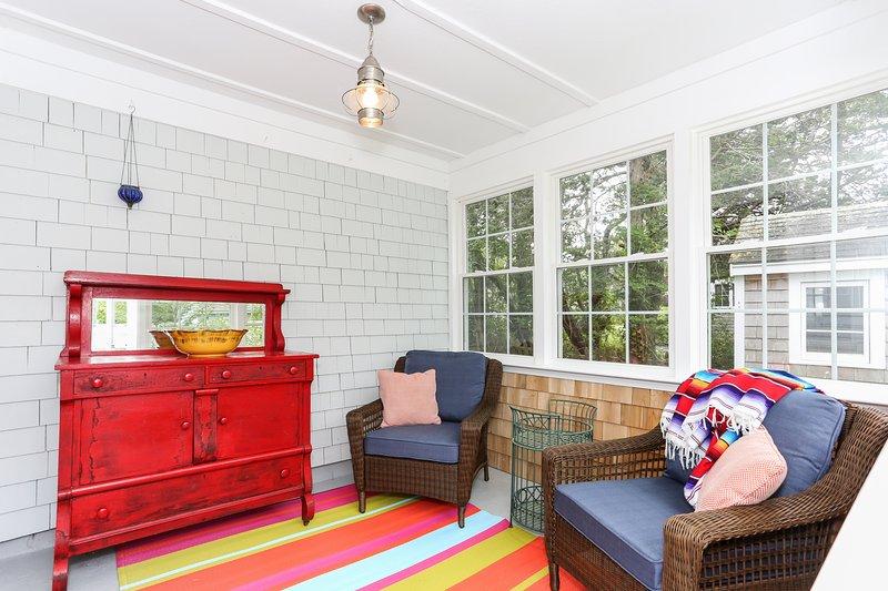 Siéntase como en casa en el porche de 3 estaciones.