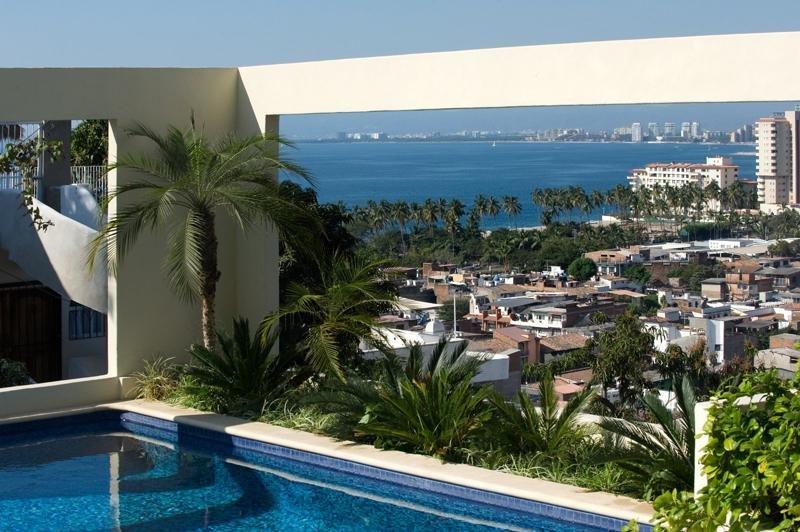 vue sur la piscine dans le centre-ville