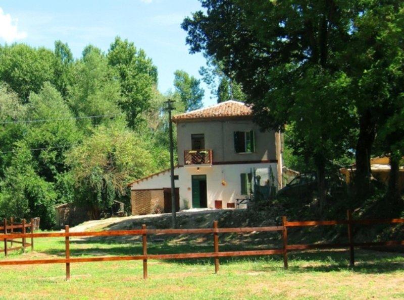 La tua vacanza in una  casa di campagna immersa nel verde, a pochi  km da Urbino, holiday rental in Urbino