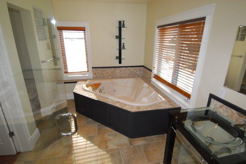 El baño principal con enorme bañera hidromasaje