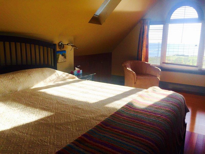 """El """"Loft"""" con una cama doble y baño privado. Características de fabricación local manta de lana PEI"""