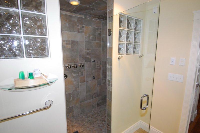El baño principal. Cabina de ducha con cabezal de ducha de lluvia y de avance de 4X boquillas