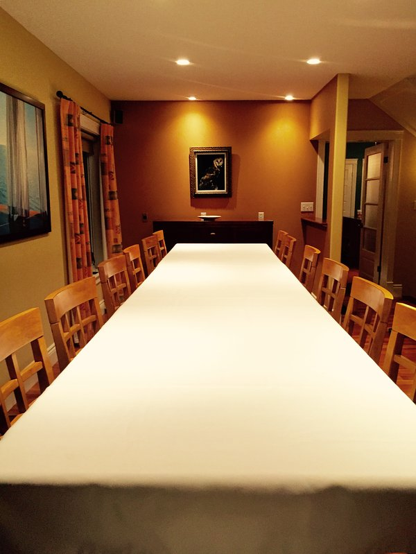 Gran mesa de comedor junto a la chimenea con capacidad para 14