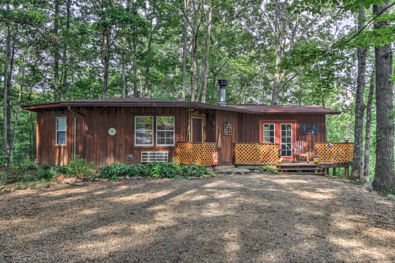 This cozy cabin is only minutes from town, but offers plenty of peace and privacy away from the hustle and bustle.