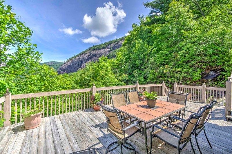 Este alquiler de vacaciones de 3 camas y 2.5 baños ofrece vistas a las montañas Blue Ridge.
