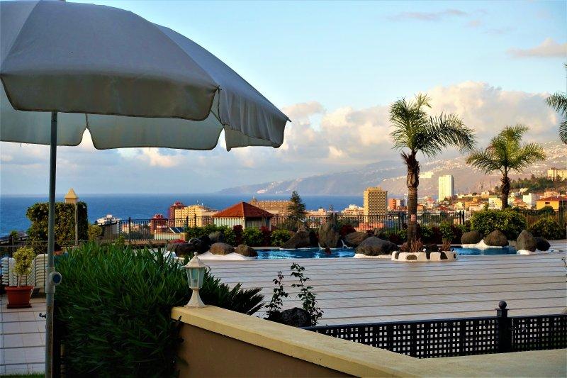 Vistas al solarium, piscina y  Puerto de la Cruz.
