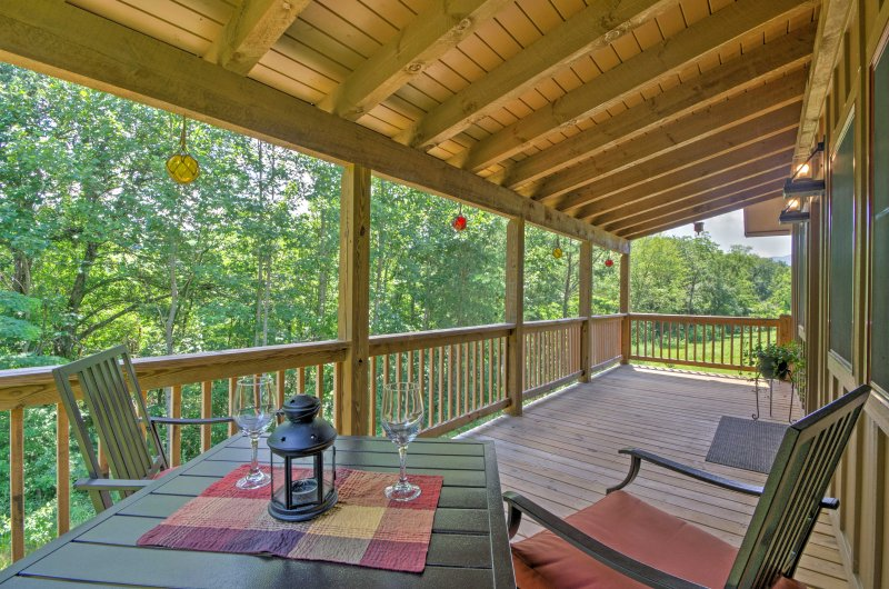 Cozy 'Fox Ridge Cabin' On 4 Acres w/ Hot Tub!, holiday rental in Whittier