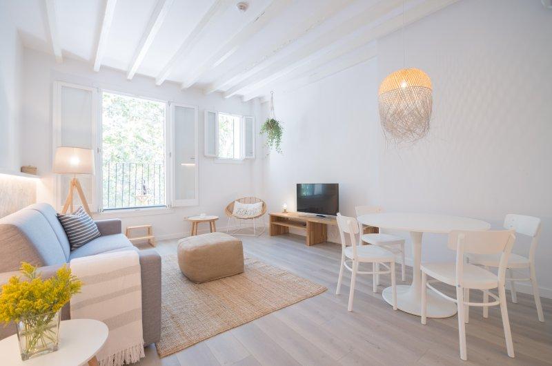 Das Wohnzimmer ist hell und geräumig. Es gibt einen schönen Balkon zu sitzen draußen