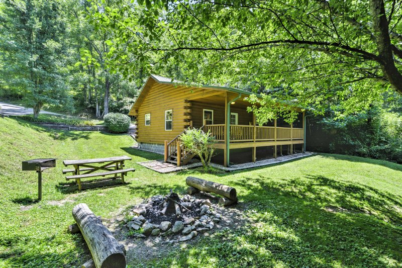 Bryson City Cabin w/Hot Tub & Fire Pit on Creek!, aluguéis de temporada em Bryson City