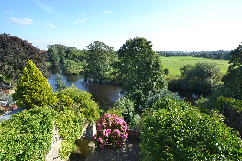 Lovely 2 bed riverside cottage in the heart of historic market town of Wetherby, holiday rental in Spofforth