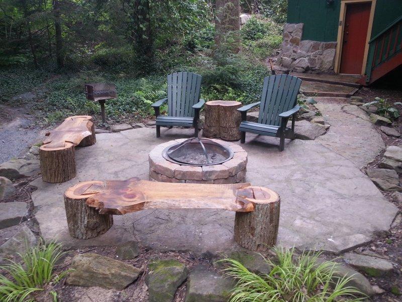 Creekside patio de piedra, fogón y parrilla