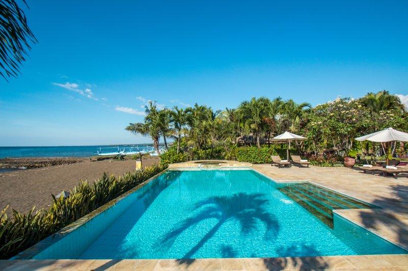 Villa Rumah Rindu-Luxury Private Beachfront Villa, Jacuzzi, 12p, Large Pool, alquiler vacacional en Dencarik