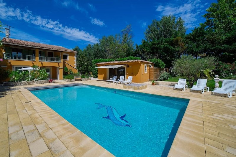 Au Soleil Ocre for 14 pers family house with swimming pool Avignon on an island, alquiler de vacaciones en Aviñón