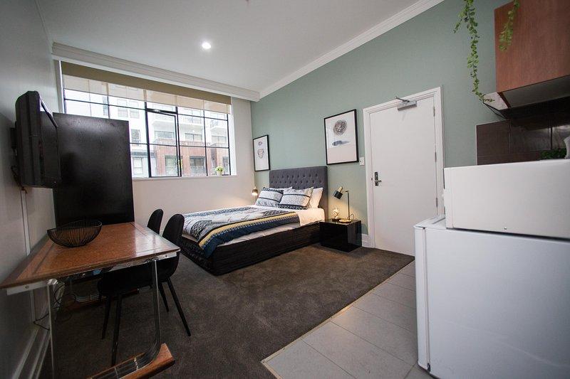 Spacious Studio with Pool, Gym, Free Wifi in luxury hotel, aluguéis de temporada em Avondale
