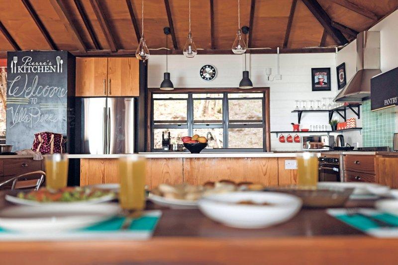 Rymligt fullt utrustat gourmetkök med avancerade apparater och kvarts countertop öar