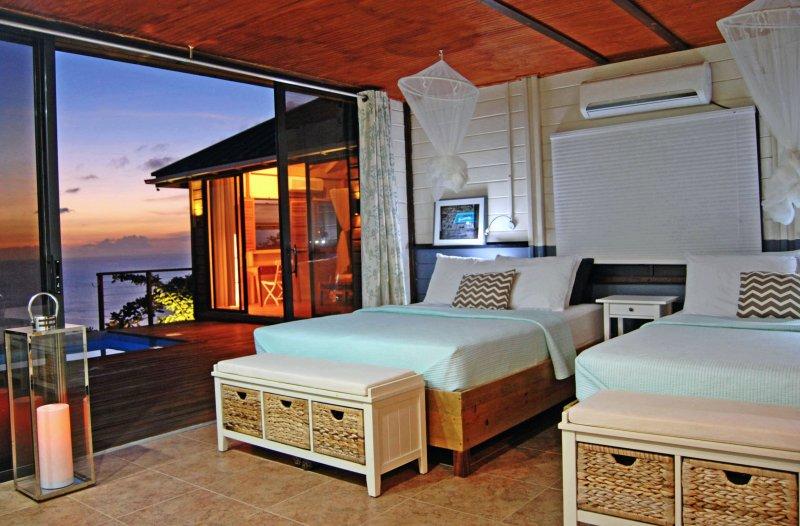 Rymliga sovrummet med två queen sängar, privat badrum, A / C och en överdimensionerad baywindow