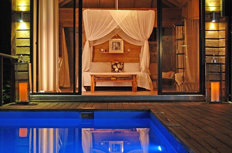 En romantisk och privat kväll vid poolen på Villa Pierre