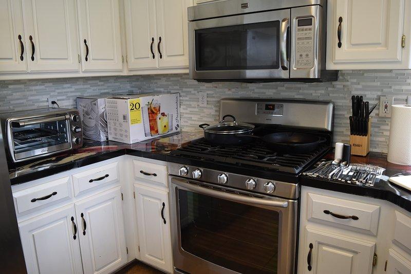 Entire House 3000+sqf, 2 car garage, 0.5acre fenced backyard near BlackBob Park, holiday rental in Louisburg