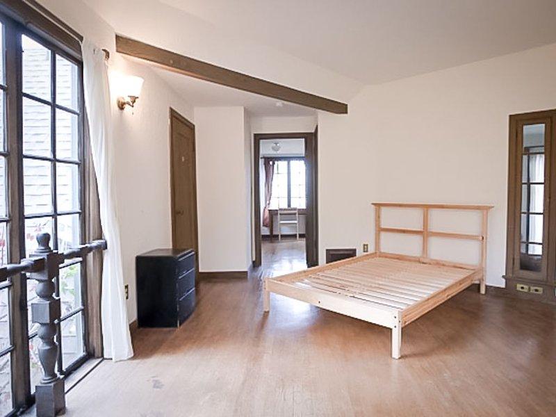 Schlafzimmer (ja, es ist eine schöne volle Größe Matratze und Bettwäsche).