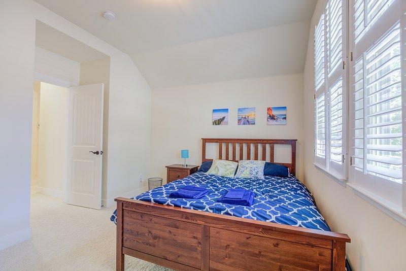 Queen bed in the 3rd bedroom