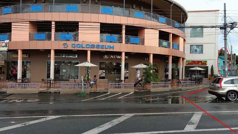 El apartamento está situado en la terraza con vistas al parque, detrás del centro comercial D'Colosseum y frente a los pinchos.