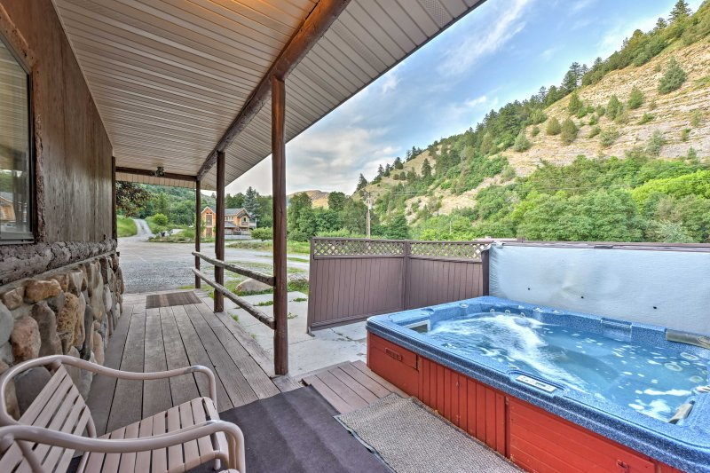 Stunning mountain views and spectacular indoor and outdoor amenities invite 52 guests for a memorable vacation.