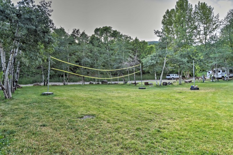 Enjoy the outdoor community amenities which include a hot tub, volleyball court, picnic tables and so much more!