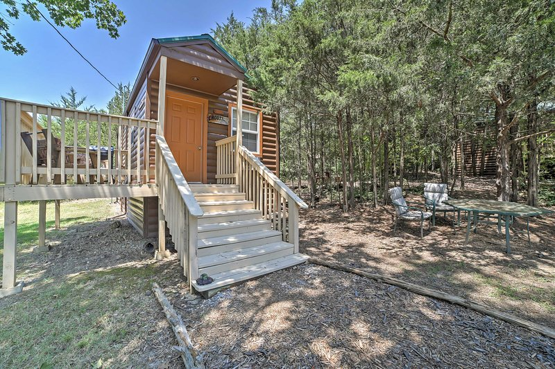 Rustic Branson Cabin w/Porch -Near Table Rock Lake, vacation rental in Point Lookout