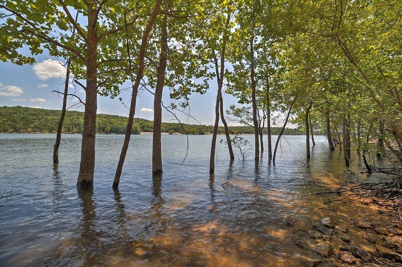 A casa possui uma localização à beira do lago privilegiada em 3 acres de propriedade arborizada.