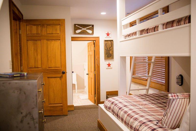 A l'étage Chambre avec lits superposés w / 1 complet et 1 Twin