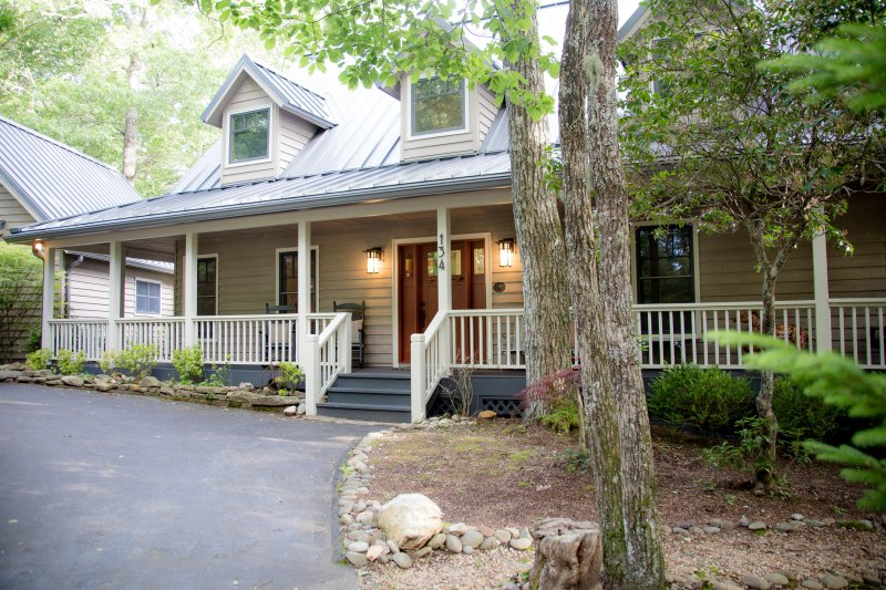 The Highlands Buck House, Newly Renovated Gorgeous w/ Private Pond Close to Town, holiday rental in North Carolina Mountains