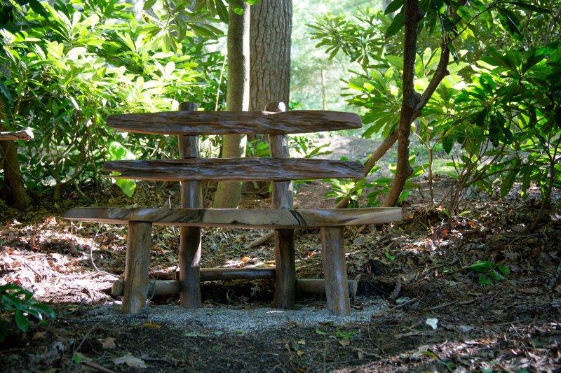 De beaux endroits pour s'asseoir et profiter de la vue tout au long de la propriété boisée.