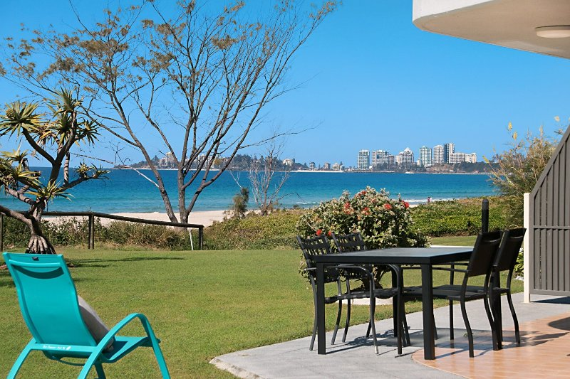 San Simeon 6 - Spacious, ground floor and absolute beachfront!, vacation rental in Tugun