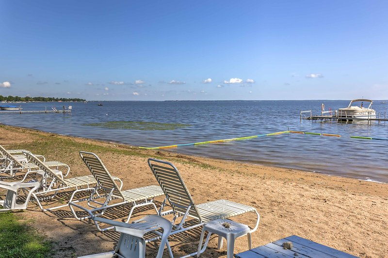 Soak up some rays at this 2-bedroom vacation rental condo in Houghton Lake!