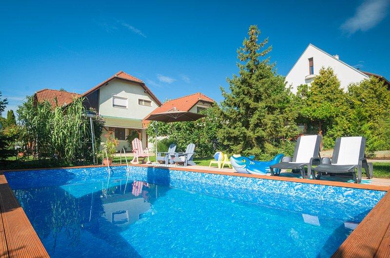 Casa Lavanda - Lovely Grande Apartment with pool, queen bathroom, holiday rental in Lovas