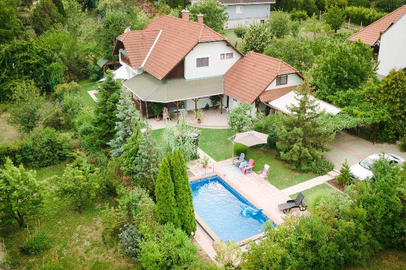 Casa Lavanda - Duplex 2-bedroom apartment, Lake view, Navy deco, casa vacanza a Veszprem