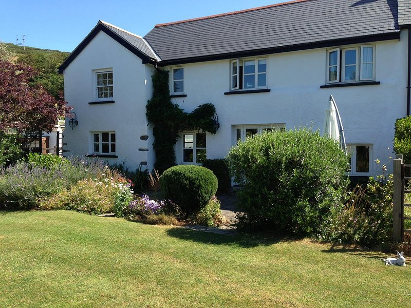 The Barn is a 17th Century Grade II Listed and sleeps up to 6 adults., casa vacanza a Saunton