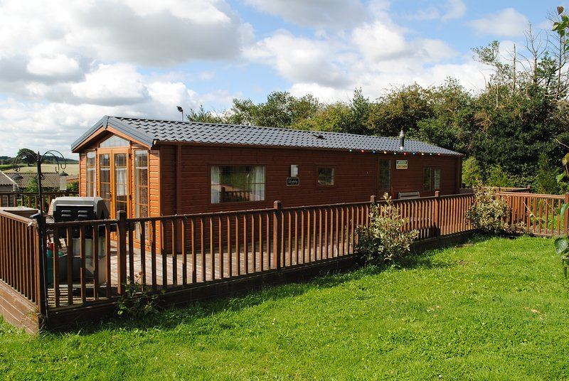 The Locksley Self-Catering Lodge in Ravenshead at Fairview Farm Sleeps 4, holiday rental in Mansfield