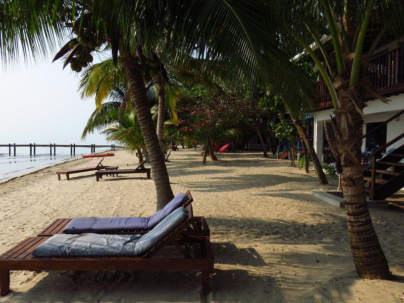 Desde el flip-flop Palace Suite playa # 4, a pie de acceso a la playa y vistas del litoral.