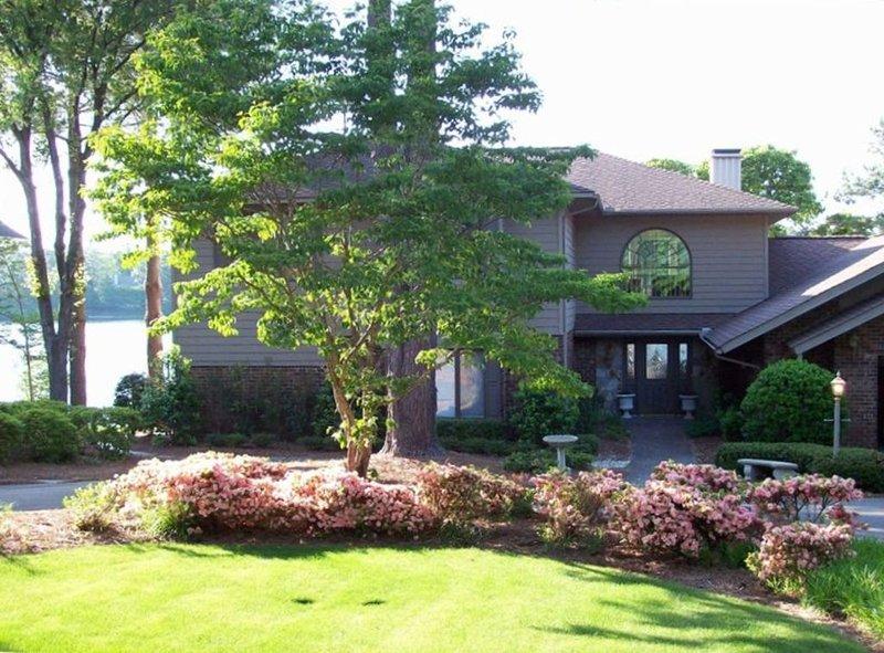 Su di Casa con azalee in fiore e il lago in background