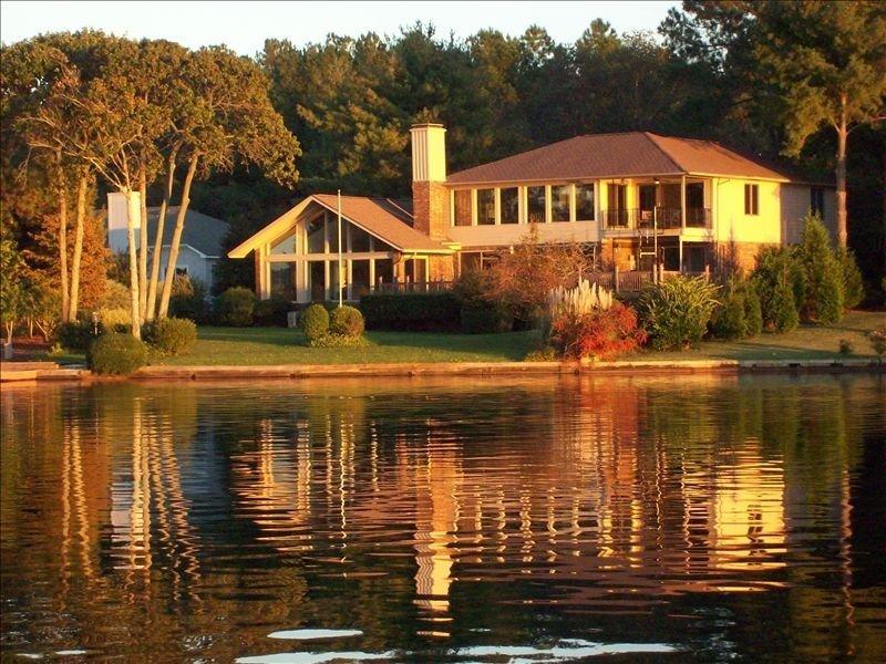 Casa dal lago al tramonto