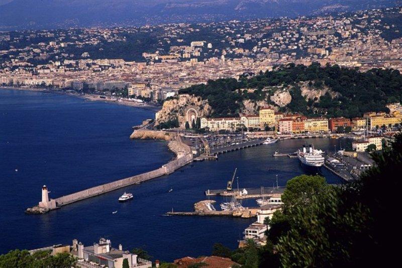 Vue sur le Port de Nice de la Moyenne Corniche
