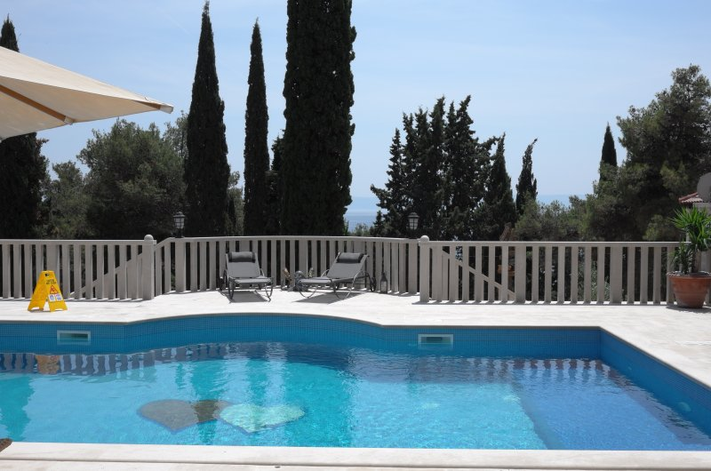 Ursa minor - completely new mediterranean villa with swimming pool, location de vacances à Sumartin