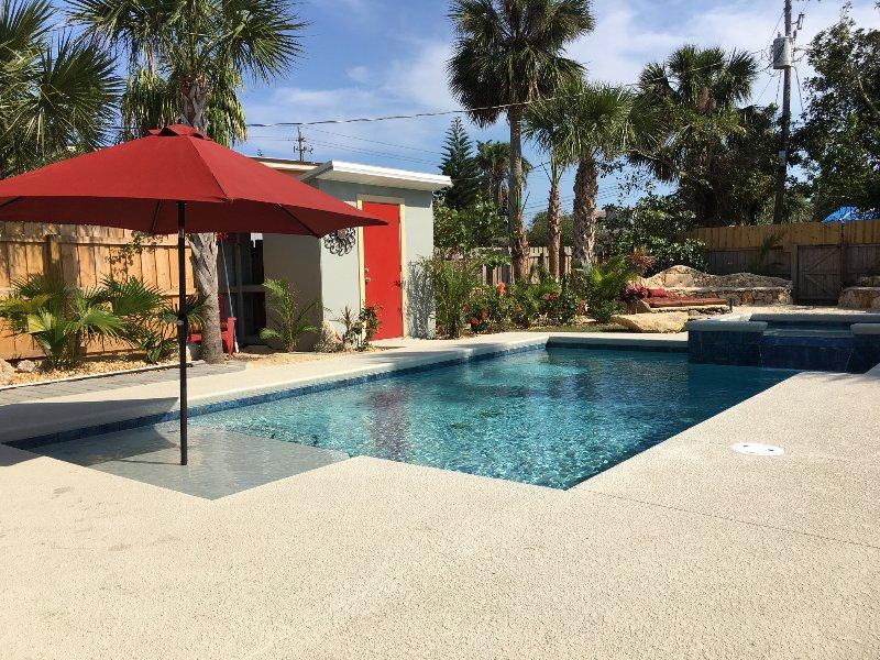 """Para los niños pequeños, la piscina tiene una """"playa"""" con agua justo 5"""" de profundidad y un lugar para paraguas sombra"""