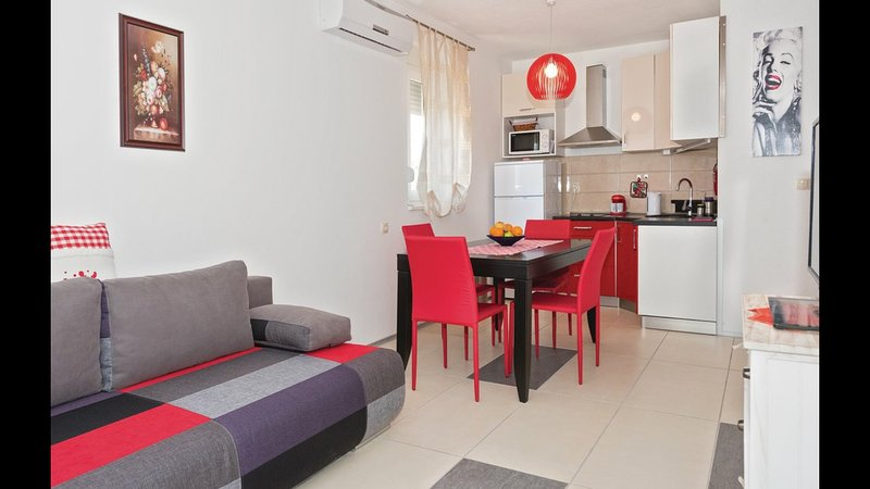 RED APARTMENT 2+2, holiday rental in Grebastica