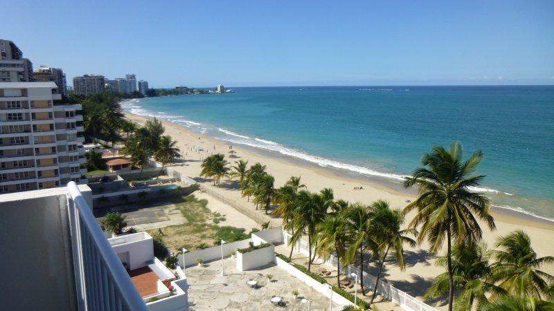 inmejorable vista desde el balcón hacia abajo playa de Isla Verde.