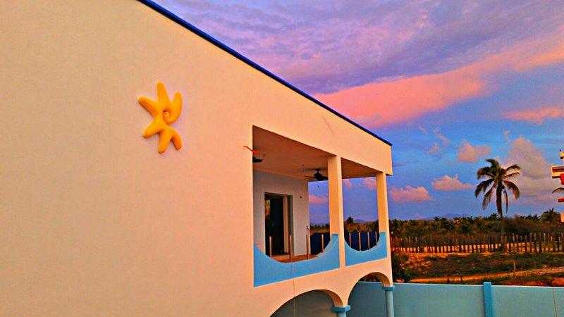 Villa Star of the Sea, Sun Star Suite, a relaxing 1 bedroom apt on the beach, alquiler de vacaciones en Barra de Navidad