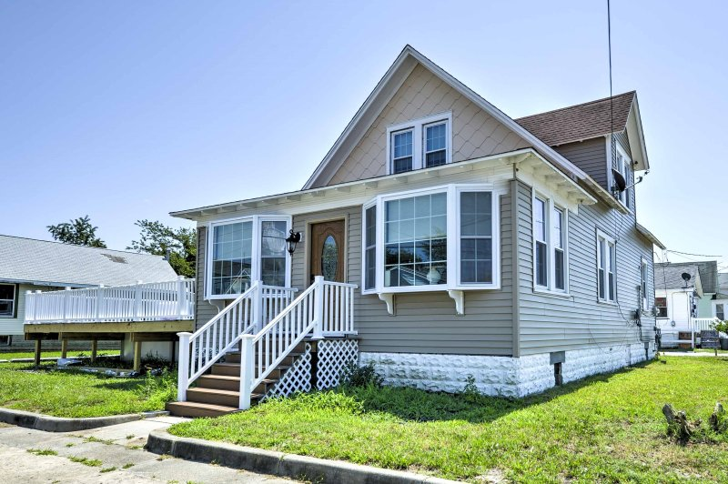 Elevate your New Jersey retreat with this immaculate 3-bedroom, 2-bathroom Wildwood vacation rental house, which sleeps 10